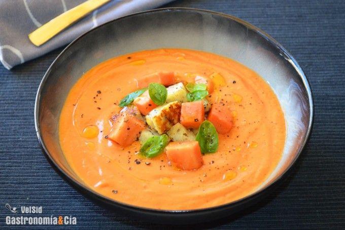 Salmorejo de papaya con queso halloumi y albahaca - http://paraentretener.com/salmorejo-de-papaya-con-queso-halloumi-y-albahaca/