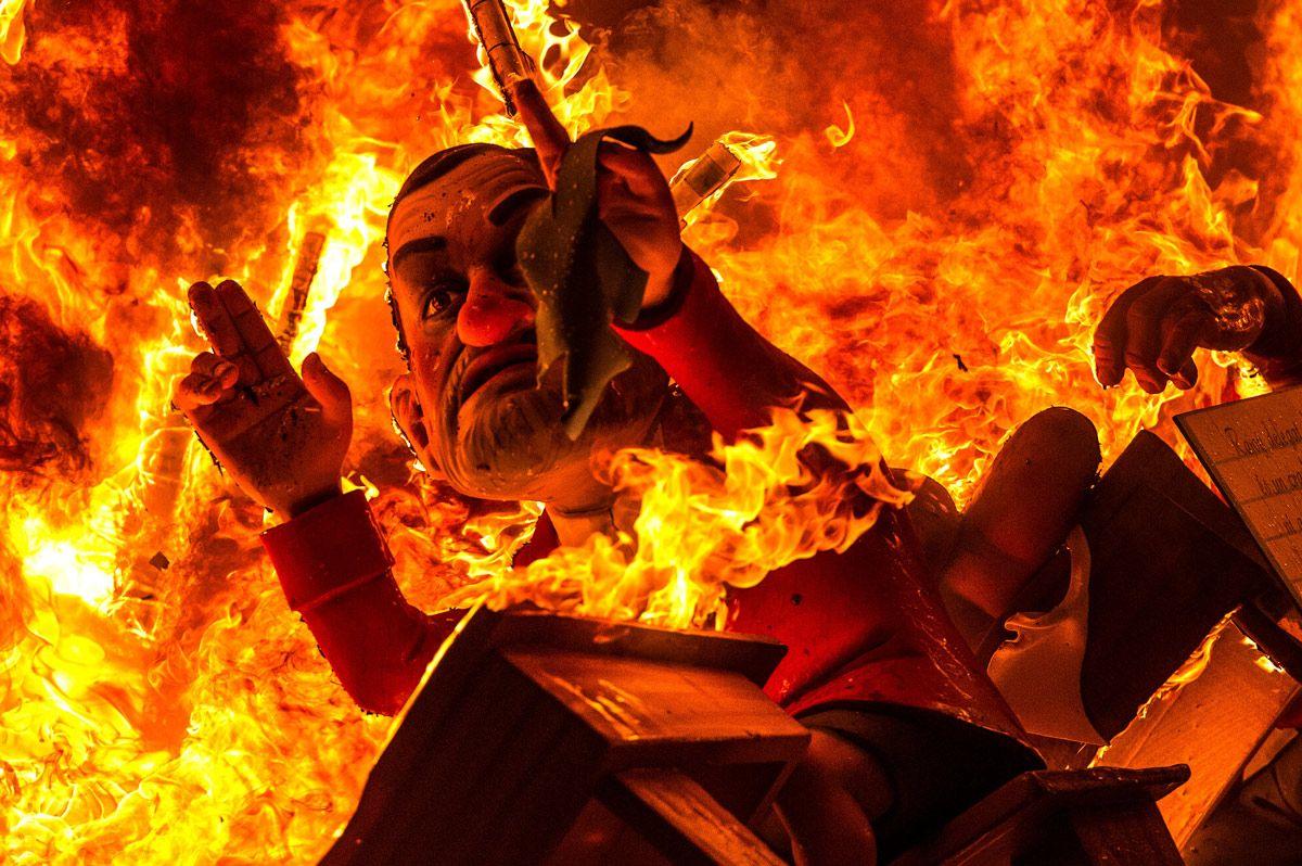 Falla valenciana durante la Nit de la Cremà.