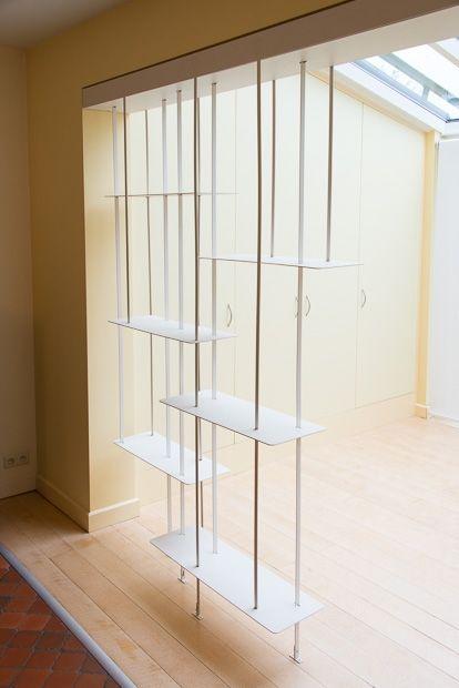 Une étonnante étagère Suspendue Met En Valeur Une Collection D