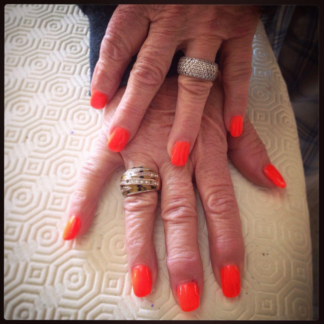 Pose de gel couleur orange fluo sur ongles naturels