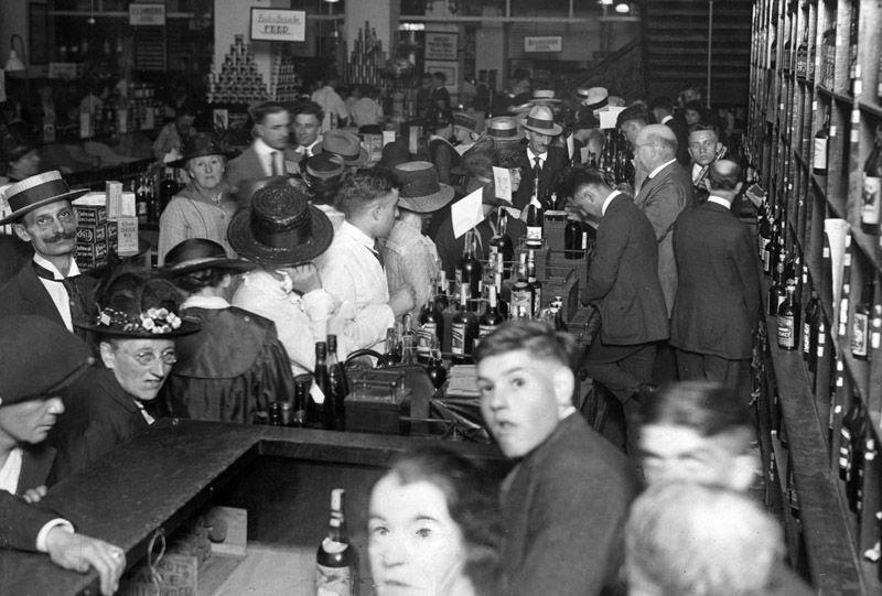 El día antes de que la Ley Seca entre en vigor en Chicago; multitudes se agolparon en las tiendas de licores para tomar algo