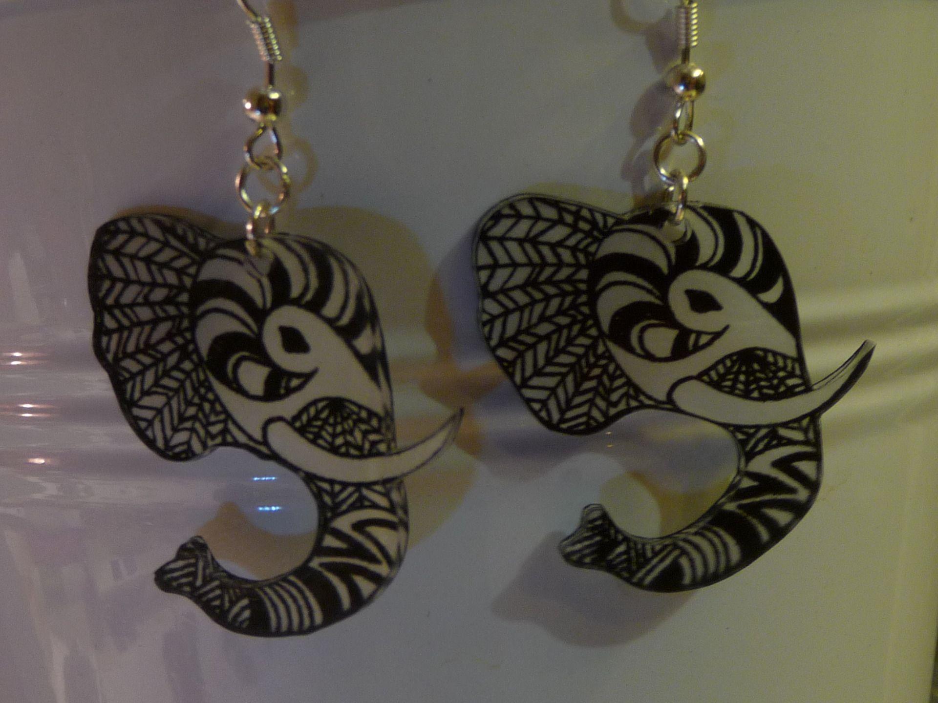 Très Boucles d'oreilles forme éléphant ethnique noir et blanc,plastique  FW39