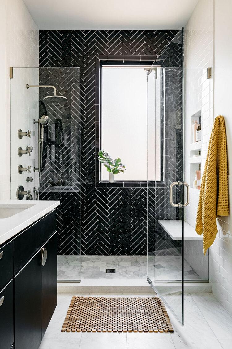 Belmont Bathroom Sarah Montgomery Design Bathroom Interior Design Black Tile Bathrooms Bathroom Design Small