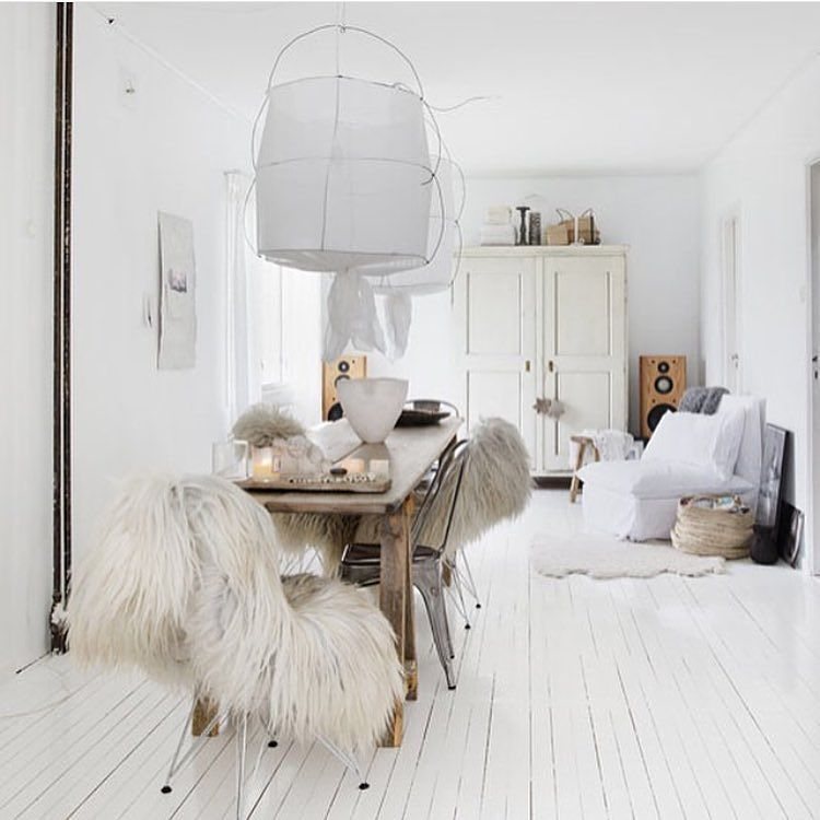 Søndag kveld... elsker stemningen hjemme hos @vintagepiken styling by me & foto @wilhelmsenyvonne #interieur #interiør #interior #inspohome #white #whiteinterior #myday #interiorbyme #interiordecor #bohochic #boho by tonekrok
