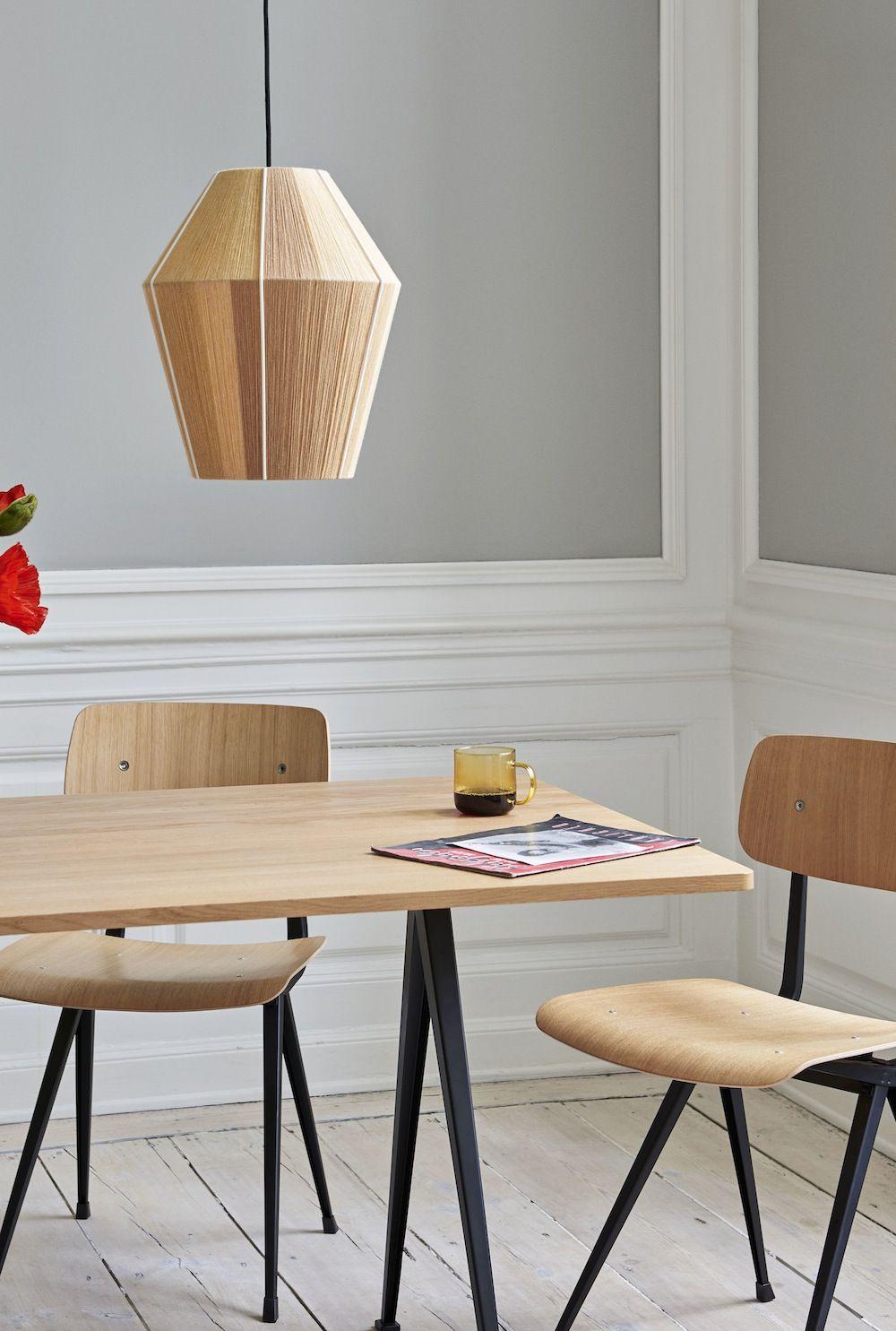 Der Pyramid Tisch Von Hay Hat Eine Massivholzplatte Und Schlichte Beine Aus Stahlblech Die Form Des Gestells W Mit Bildern Inneneinrichtung Esstisch Holz Innenarchitektur