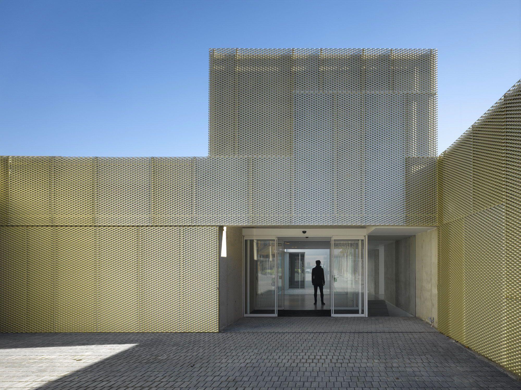 Municipal Health-care center in Usera by ESTUDIO ENTRESITIO