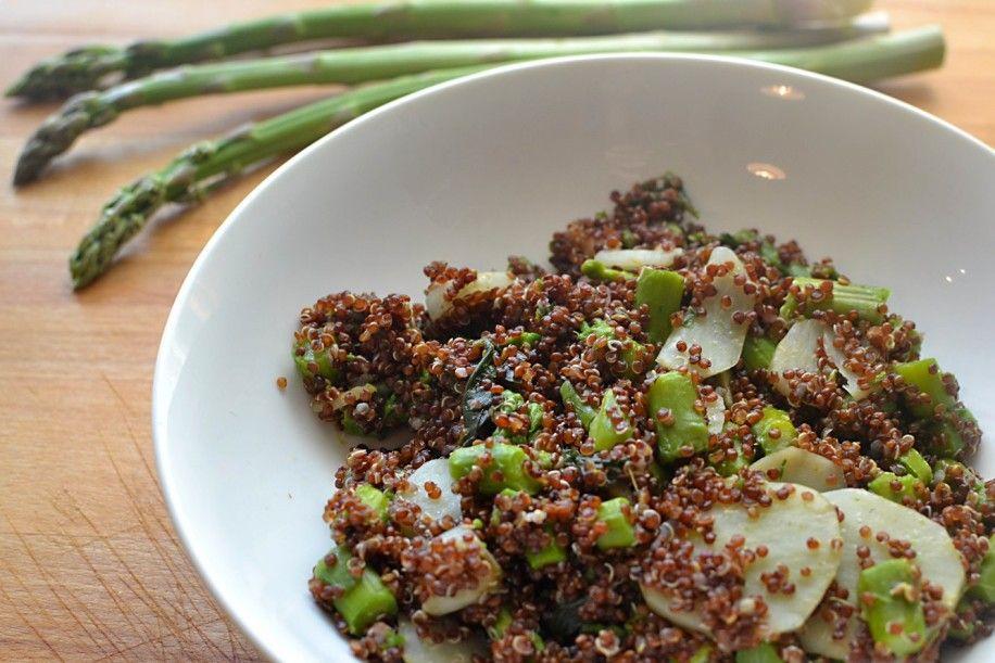 Quinoa rossa con asparagi verdi e topinambur