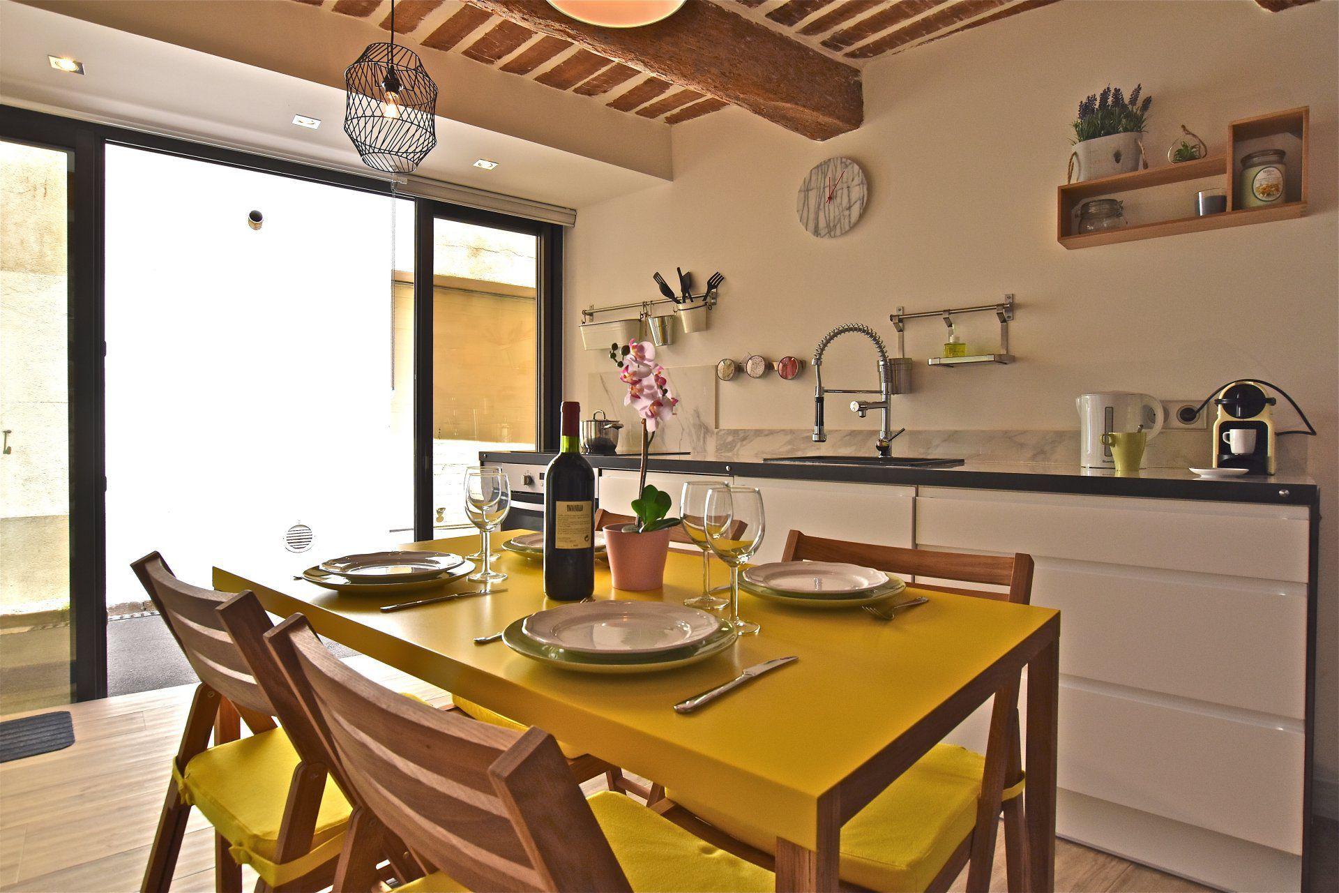 2 PIECES rénové avec goût composé d\'une cuisine ouverte, un salon ...