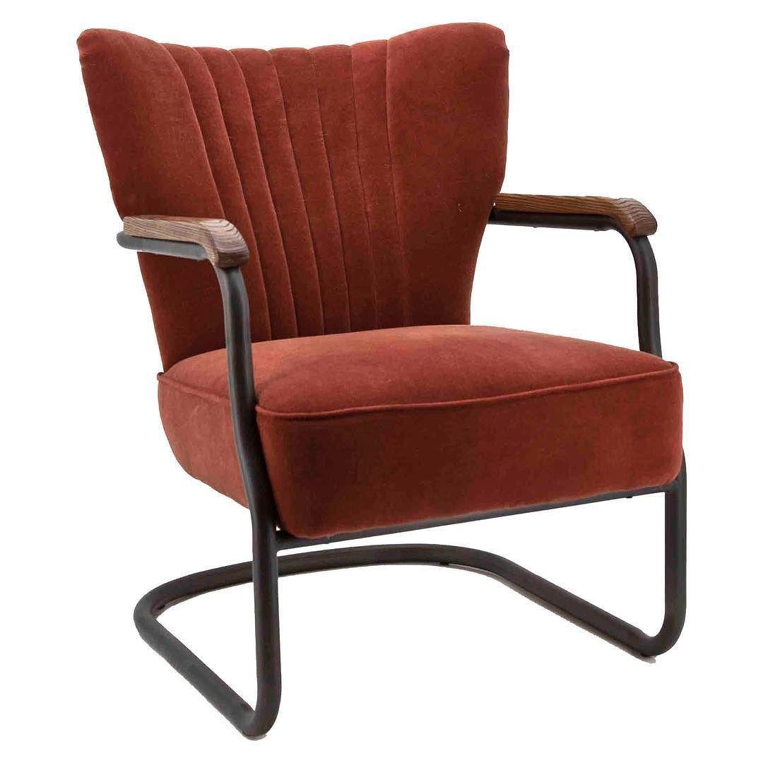JIMis z'n naam Stoere retro fauteuil  met mooie lijnen.  Kom deze prachtige fauteuil  zelf maar eens testen bij #demooistewoonwinkelvantwente op zijn ongelofelijke comfortabele zitcomfort.  Leverbaar in 2 kleuren  I E D E R E  Z O N D A G  O P E N  T I P  Welke bank  past bij jou?  De bank is de hoofdrolspeler van je woonkamer. Hij bepaalt de sfeer en zorgt ook nog eens voor een heerlijke relaxplek. Het is dus niet alleen belangrijk dat je bank er mooi uitziet maar dat hij qua…
