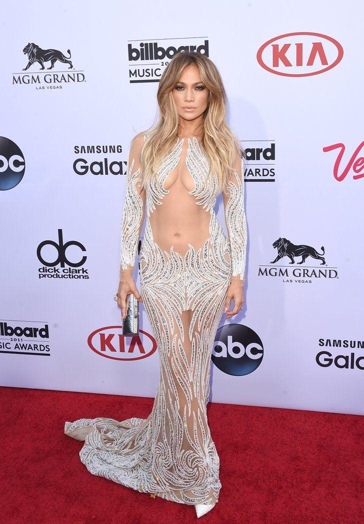 Pin for Later: Würdet ihr eure Mutti diese Outfits tragen lassen? Jennifer Lopez verhüllt nur das Nötigste. Der Bauchnabel gehört nicht dazu