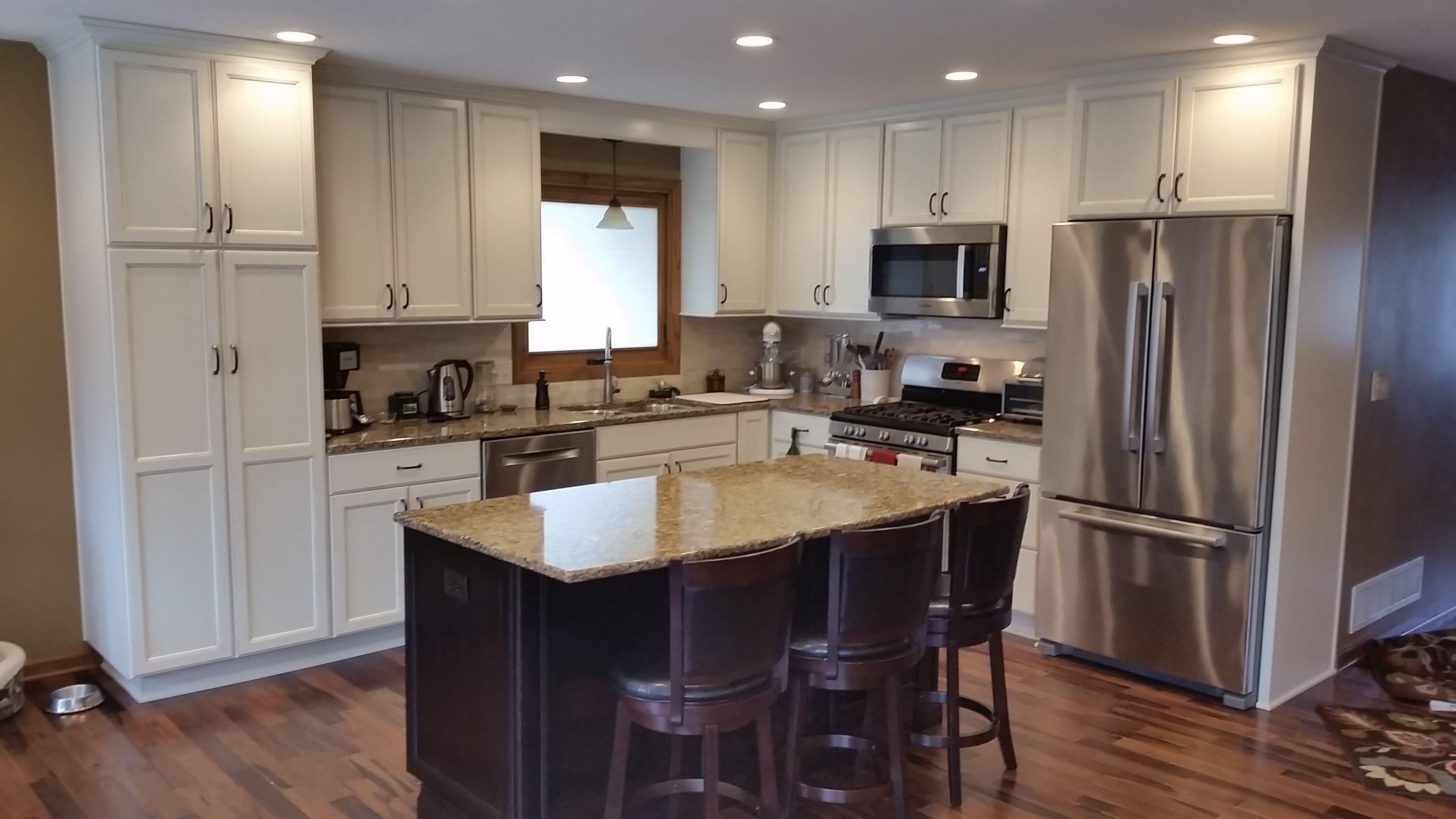 Helander Kitchen Diamond Cabinets – Maple Hanlon door
