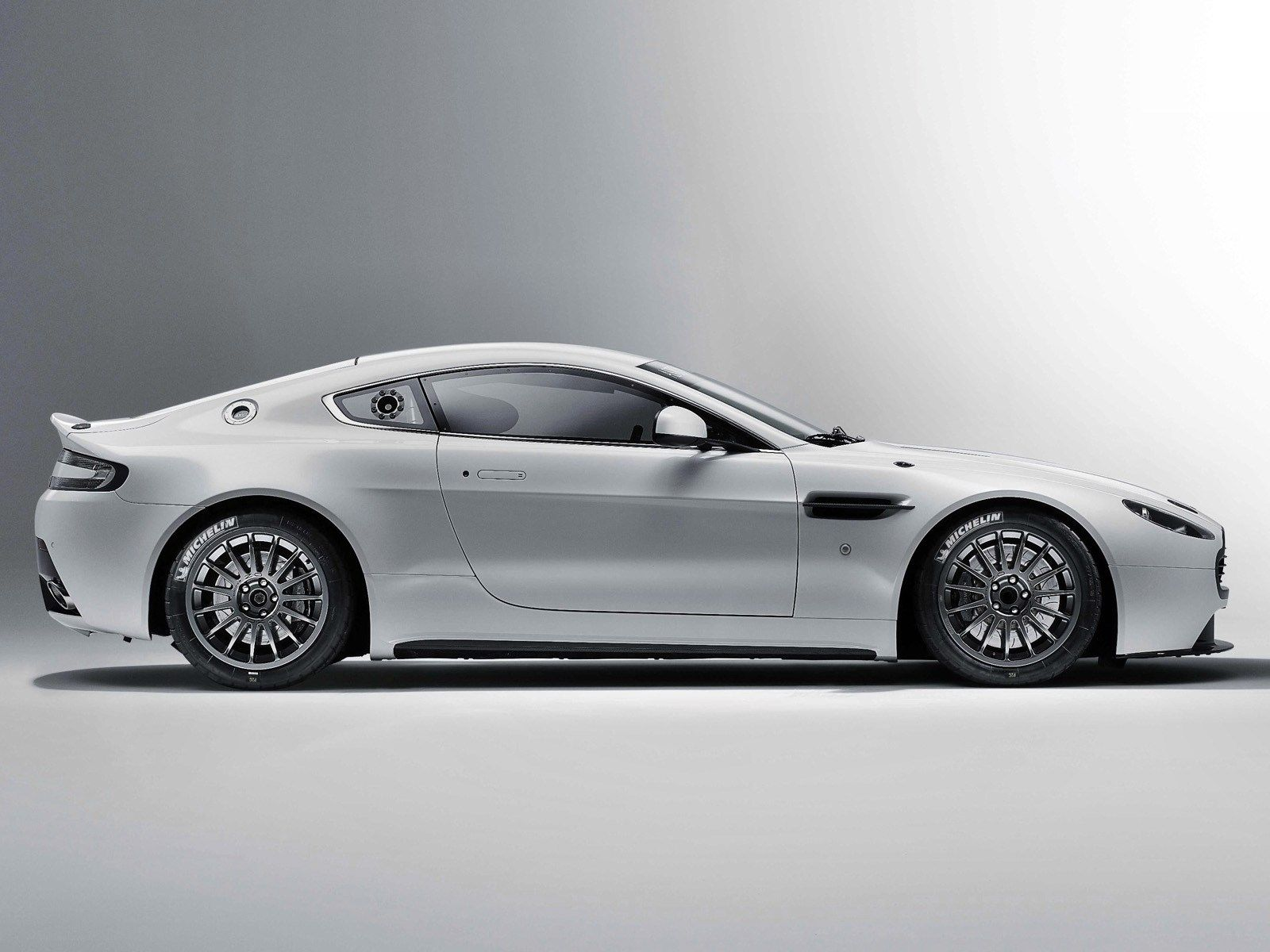 free high resolution wallpaper aston martin vantage gt4