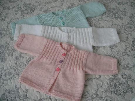 Layette aux aiguilles explications | Modele tricot layette gratuit, Modele tricot layette et Tricot