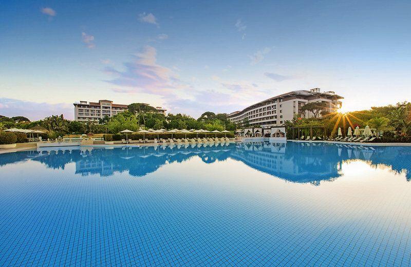 Der Pool Des Ela Quality Resort Belek Nimmt Kein Ende Das Luxushotel Ist Ein Richtiger Alles Konner Denn Neben Der Riesig Urlaub Ferienanlage Turkei Urlaub