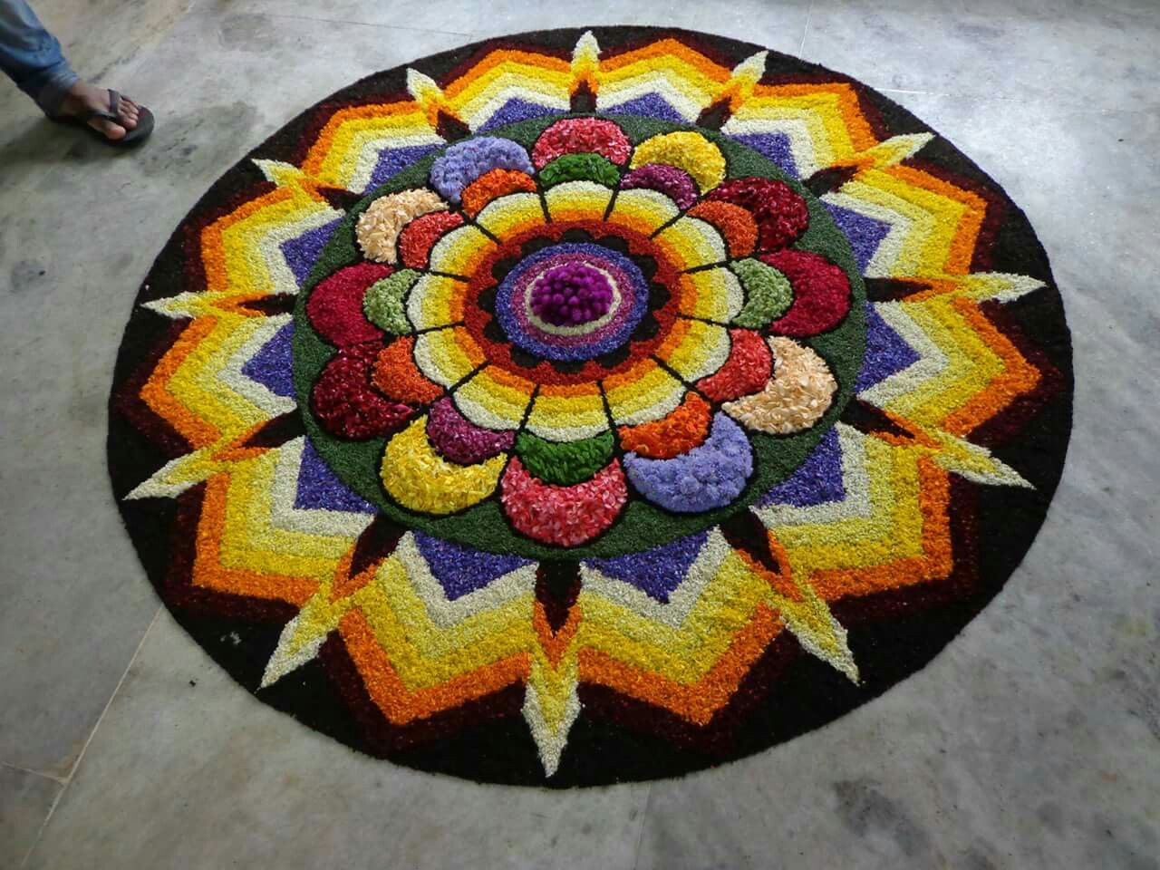 Beutiful flower rangoli.... (With images) Pookalam