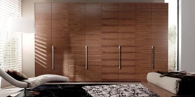 Armario de 4 puertas en madera y tiradores de estilo for Puertas estilo moderno