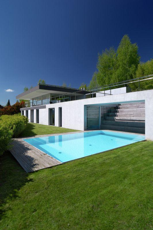 Spezielle Architektur eines Objekts mit Aussenpool, in Herrliberg.
