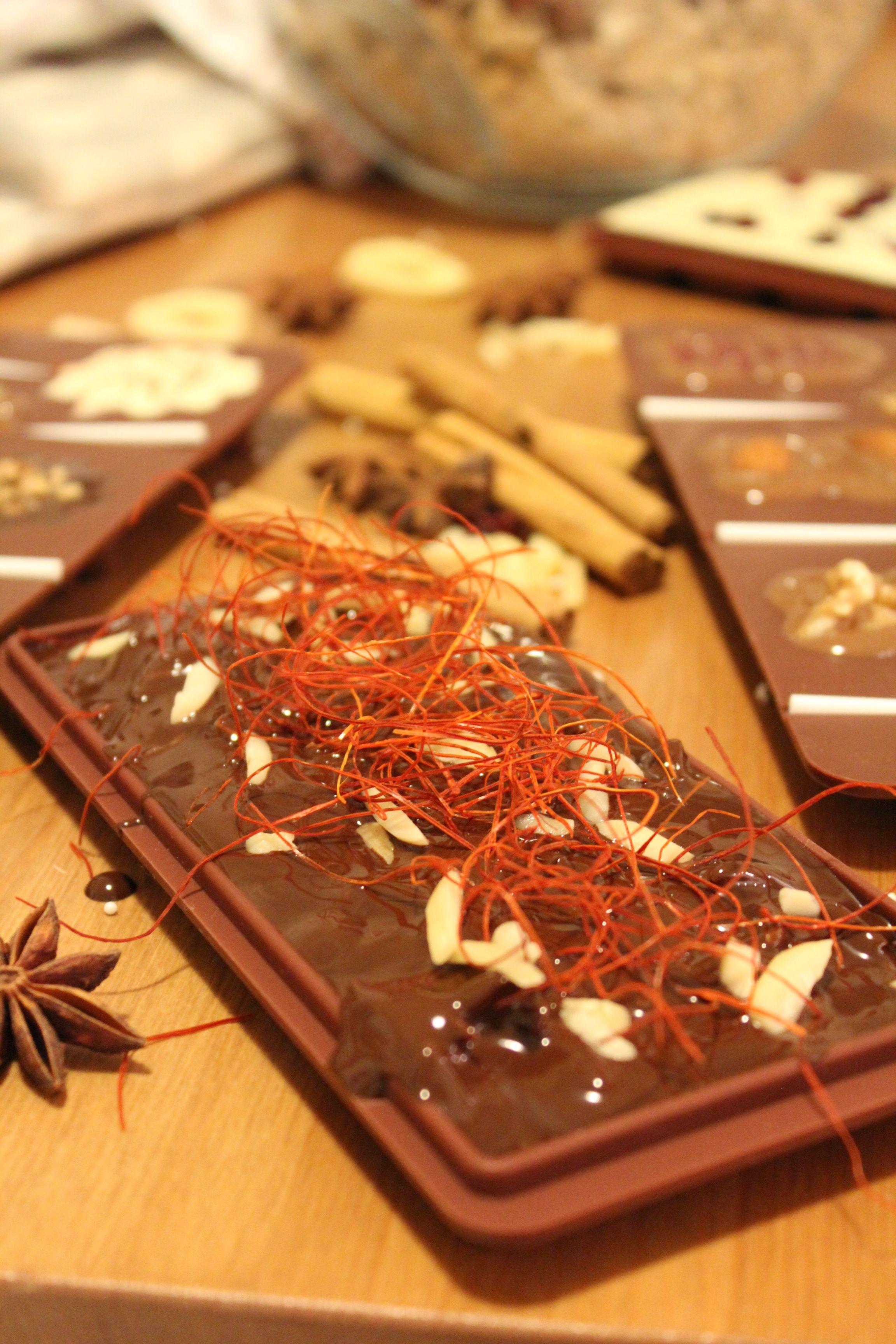 Selbstgemachte Schokolade mit Chili Zimt und Cranberries