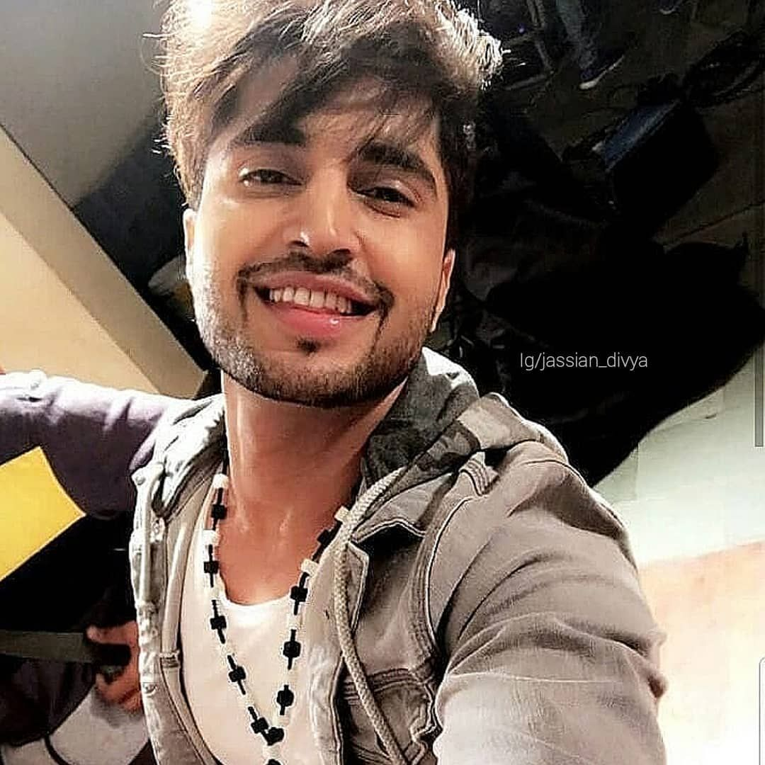 Messy Hair This Smile Everything Jassie Gill Jassiegill Jassigill Jassians Jass In 2020 Messy Hairstyles Jassi Gill Viral Post