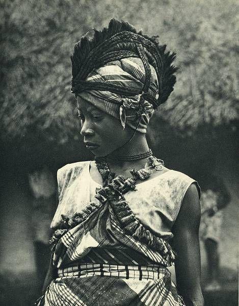 a–fri–ca:  Photo extraite du livre du Dr Paul Julien Feux de camp sur l'Equateur -Librairie Plon, 1952