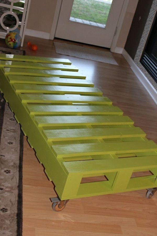 bett aus paletten selber bauen praktische diy ideen kinderzimmer pinterest gr nes. Black Bedroom Furniture Sets. Home Design Ideas