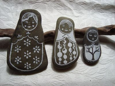 I have been looking for more things to do with stones.  Loving these stone dolls!