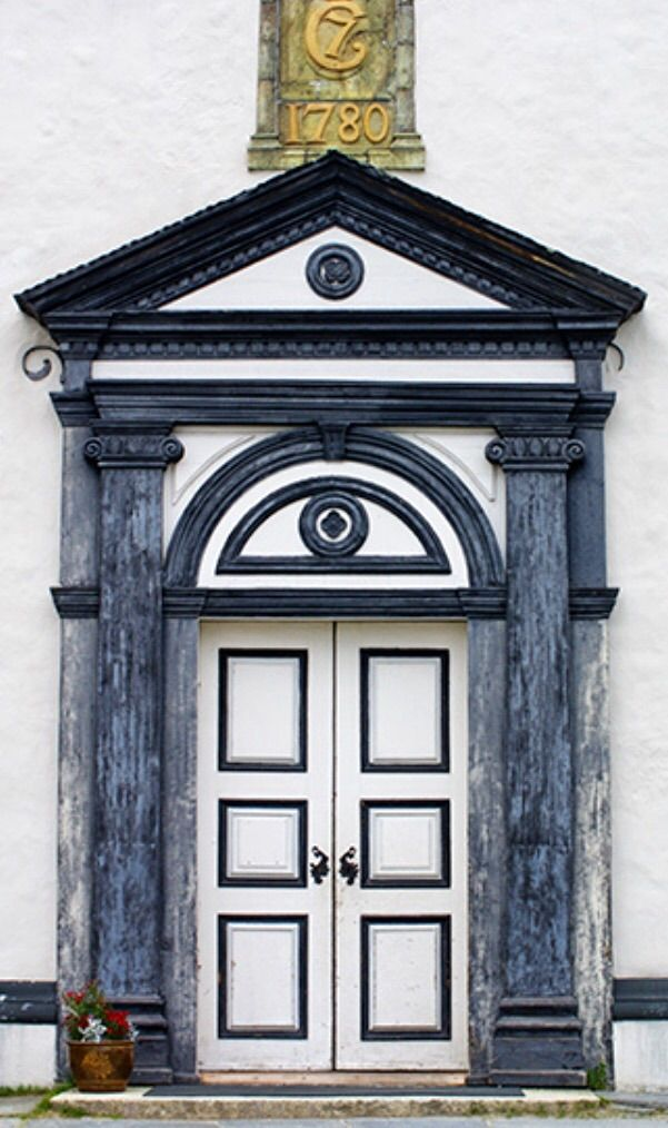 Church in Røros, Norway Pinterest Portes, Corniches de fenêtre - Oeil De Porte D Entree
