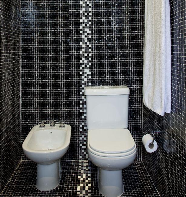 Banheiro revestido com pastilhas em tons de preto, branco e cinza, conferem um visual moderno, #elegante e #masculino. #decoraçãomasculina #estilomasculino #malestyle #banheiro #banheirodecorado #bathroom #interiorstyle #interiordecor #decoraçãodebomgosto #decoraçãoelegante #designdeinteriores #arquiteturadeinteriores.