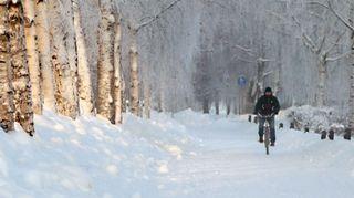 Pyöräilijä talvisella kadulla
