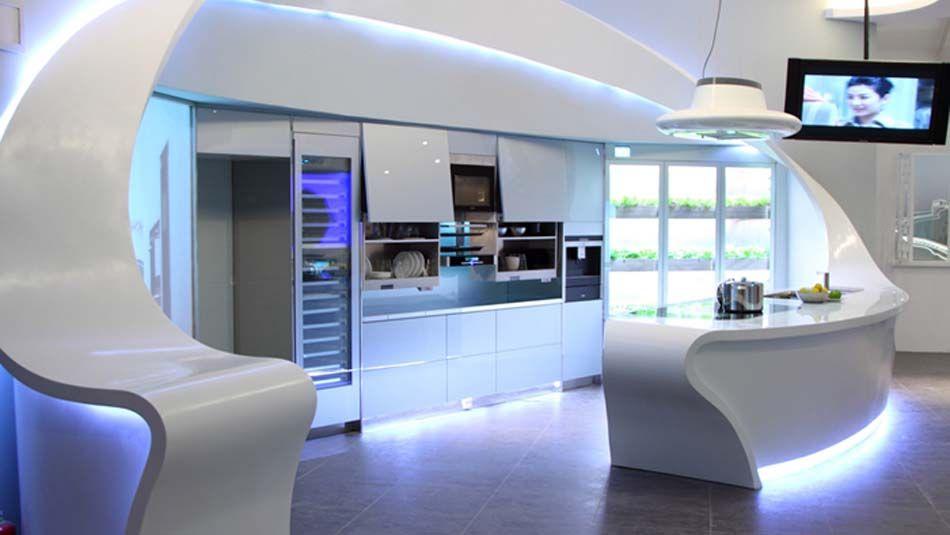 des lignes droites et un blanc omnipr sent pour cette cuisine design futuriste illumin e. Black Bedroom Furniture Sets. Home Design Ideas
