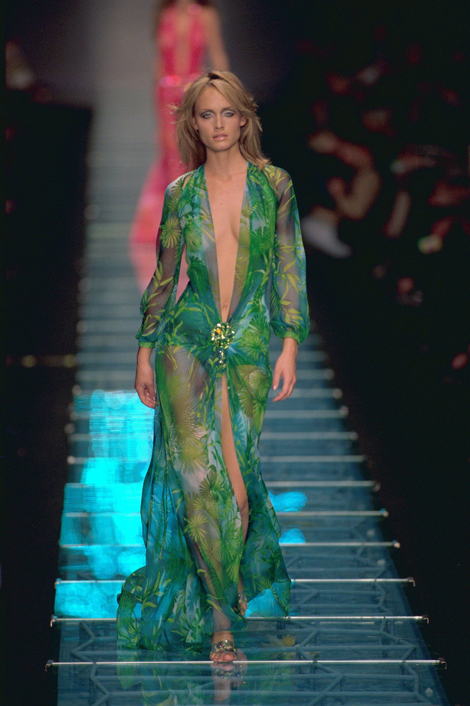 8 Of Versace S Iconic Runway Moments Gorgeous Fashion Fashion Versace [ 2364 x 1576 Pixel ]