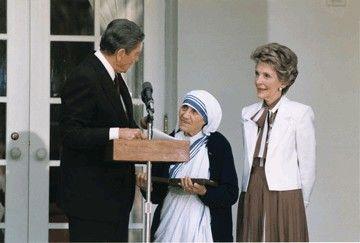 Madre Teresa con el presidente de Estados Unidos y esposa