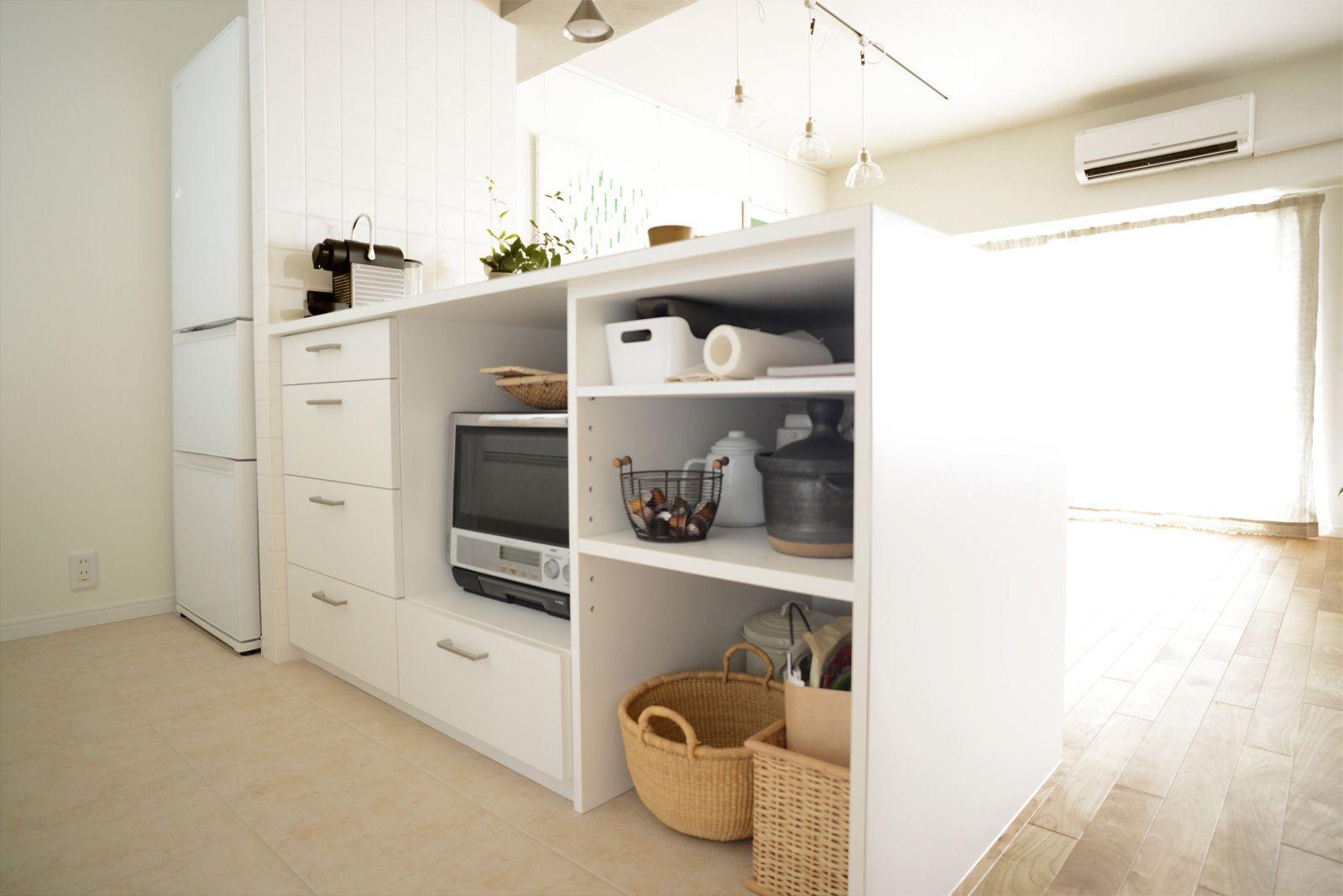 ホワイトの造作キッチンカウンターとライトベージュの床タイルを使用 収納はお持ちのものに合わせて製作したことで 調理家電もスッキリと納まり使い勝手も抜群 キッチンカウンター 造作 収納 リノベーション キッチン リノベーション 造作キッチン