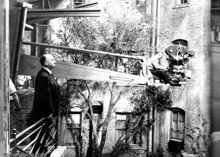 """El maestro Hithcock metiéndose en casa ajena con su grúa y su mirada. En el rodaje de """"La ventana indiscreta"""" (1956)"""
