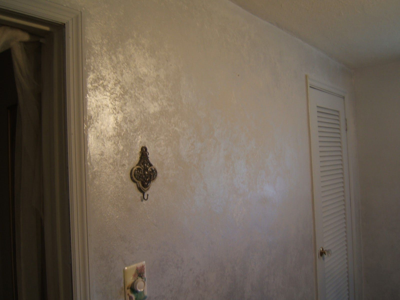 Wall paint taupe effect google zoeken bathroom ideas - Metallic silver paint for interior walls ...