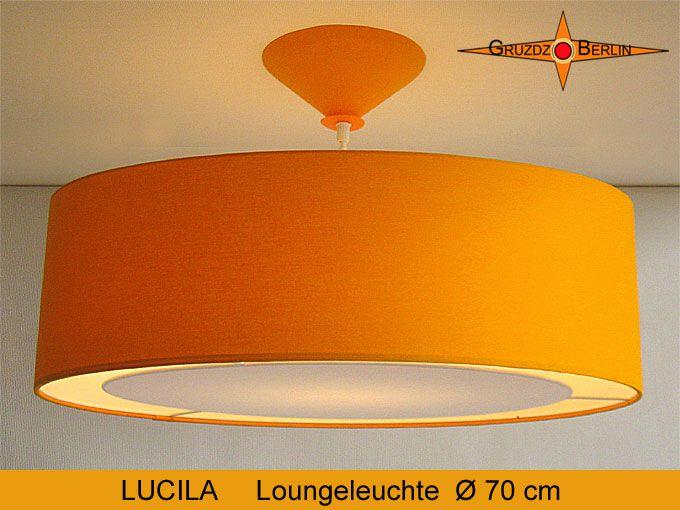 Loungeleuchte LUCILA Ø 70 cm Pendellampe mit Lichtrand Sonnengelb. Hier bei eingeschalteter Beleuchtung. Die Baumwolle strahlt in einem sonnigen Gelb. So schön und angenehm wie ein klarer, warmer Sommertag.