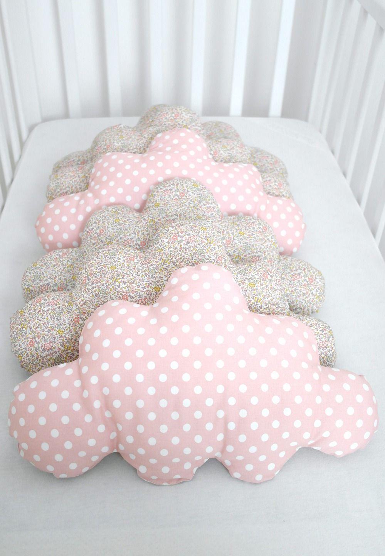 un peu de r ve pour ce tour de lit en forme de nuage dans les tons p che et liberty linge de. Black Bedroom Furniture Sets. Home Design Ideas
