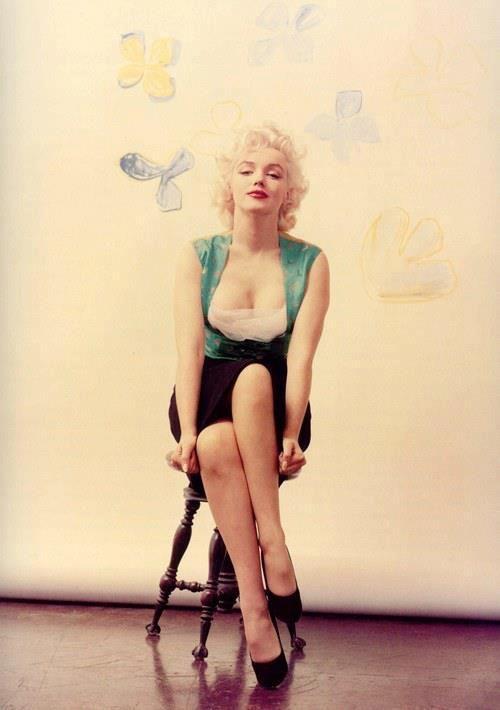 Marilyn Monroe sexy crossed legs pose.   Marilyn Monroe ...