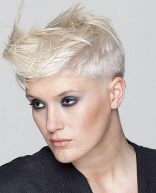 Taglio capelli rasati ai lati donne
