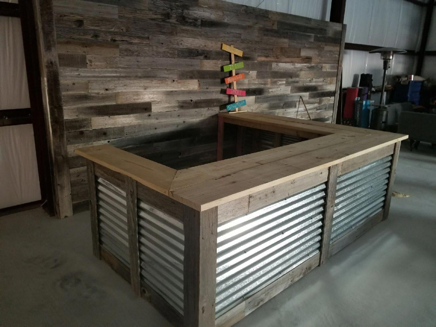 Man Cave Wood Pallet Bar {Free DIY Plans} #mancave