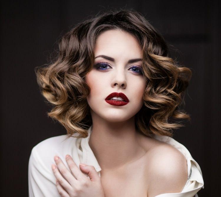 mittellange Haare mit aufgehellten Spitzen und dunklem Ansatz