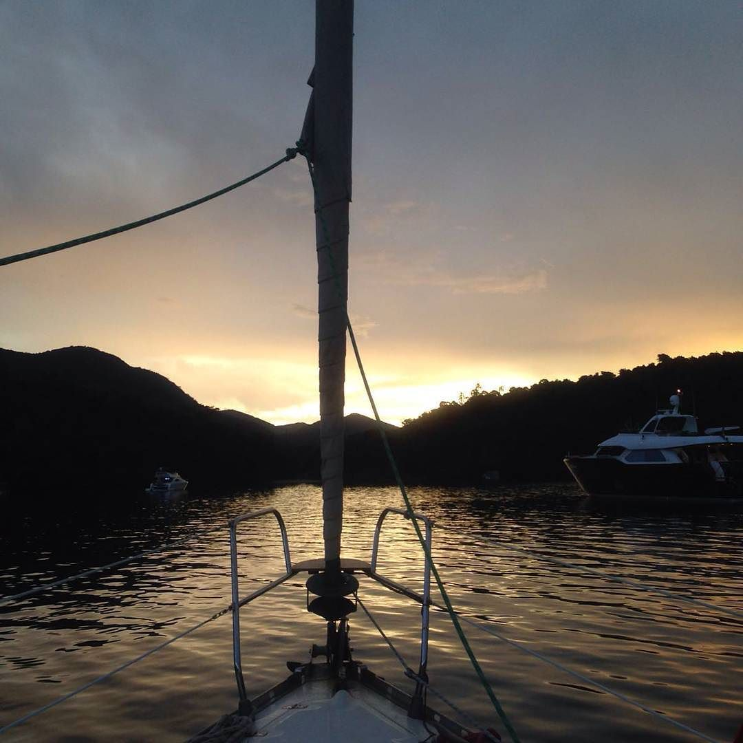 Sunset. Photo by @isabelapalmeida #sunset #relaxar #whisky #sailing #sailingaroundtheworld #sailboat #vidaabordo #viver #vidasimples #lifestyle #besomebody #photo #photographer #pic #friends #friendship #amizade #amigos #amici #paraty #patrimoniohistorico @guiaviagensbrasil @shopboats by decaisemcais
