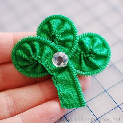 St. Patrick's day craft: Zipper Shamrock tutorial http://www.craftaholicsanonymous.net/how-to-make-a-zipper-shamrock-tutorial-march-craft-kits