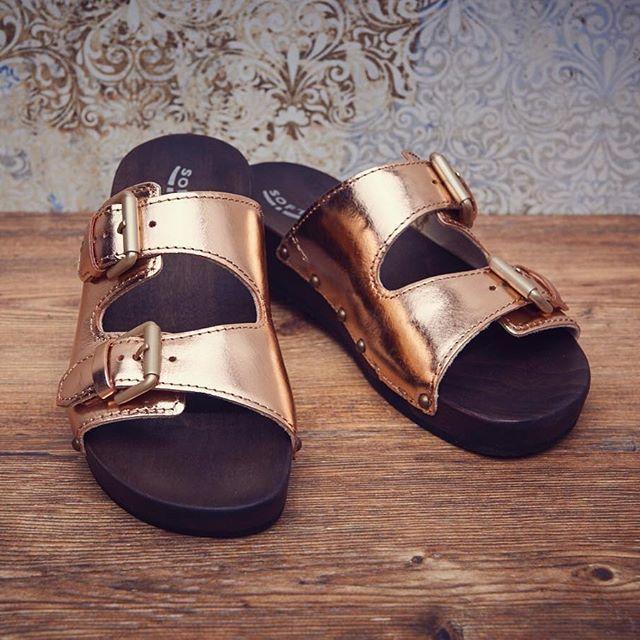 Bequem und super stylisch: unser Modell LEONI Smooth in rosémetallic. Dazu ein weißes Shirt und eine coole Jeans - fertig ist der chic-entspannte Look fürs Wochenende. #Softclox #sandals #munich #weekend #gold #wood