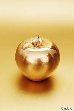 My favorite memory was when I messed with everyone's life and mainly Paris' and gave him this apple promising… | Papel de parede de ouro, Tudo dourado, Ouro dourado