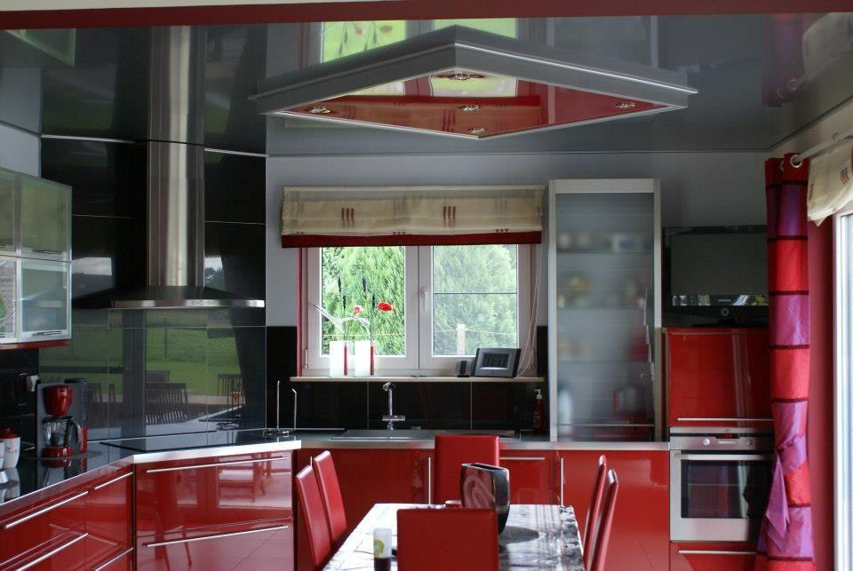 Cocina de diseño moderno con techo tensado lacado a dos niveles ...