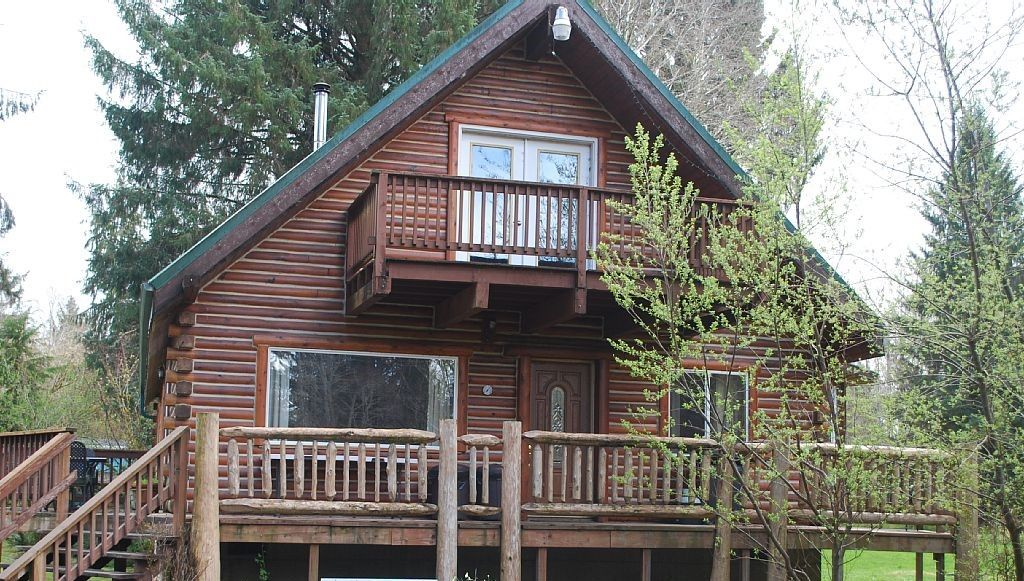 Cozy cabin rental with amazing beach and hiking access
