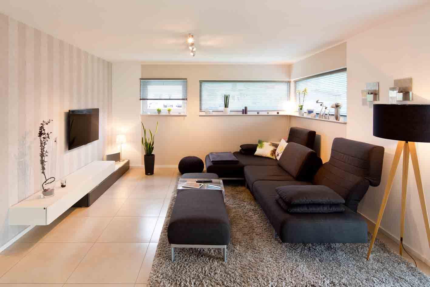 Gemütliches Wohnzimmer mit Lichtbändern und Sofaecke  Wohnzimmer