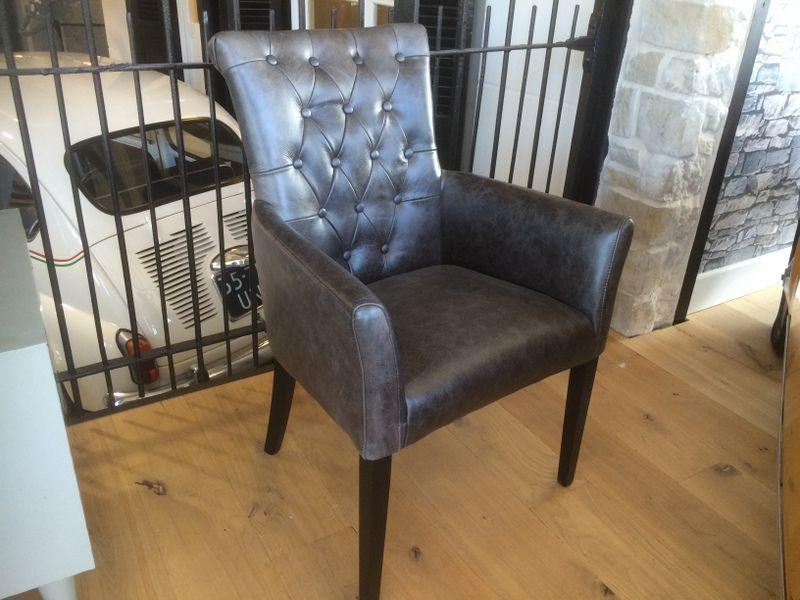 Stuhl mit Echtileder-Bezug. An der Rückenlehne des Stuhls ...