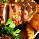 El lomo del cerdo con ajo, encima de una cama de patatas...¡ñam!
